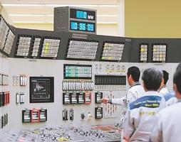 中央制御室で、臨界に達したことを確認する原子力機構の職員ら=8日午前10時36分、敦賀市白木の高速増殖炉「もんじゅ」(代表撮影)