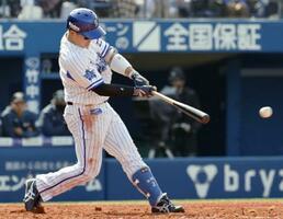 2回、DeNA・牧が左翼線に2点二塁打を放つ=横浜