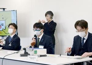 1日当たりで過去最多となる38人の新型コロナウイルス感染を発表する福井県幹部ら=4月22日午後2時半ごろ、県庁