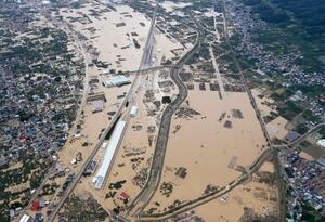 台風19号の影響で浸水したままの長野市赤沼地区と豊野地区周辺。中央はJR東日本の長野新幹線車両センター=14日午前10時25分(共同通信社ヘリから)