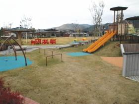 芝生や遊具たっぷりの公園