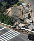 住宅に車突っ込み2人死亡、広島