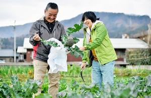 仕入れ先の農家と一緒にメニューで使う野菜を収穫するカフェ店主の牛久保星子さん(右)=福井県池田町藪田
