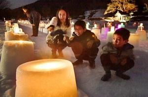 約700個のミニかまくらに明かりがともり、幻想的な雪景色が広がった「冬の万灯夜」=3日夜、福井市の一乗谷朝倉氏遺跡