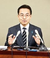 来春の福井県知事選に向けた政策集を発表し「行政運営のやり方を大きく変える」と話す杉本達治氏=11月22日、福井県庁