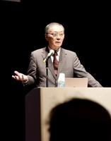 「光秀を巡る定説の多くは、史実に基づいていない」と語る明智憲三郎さん=9月29日、福井県福井市の響のホール