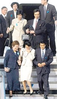拉致被害者の地村夫妻帰国(小浜市) 平成14(2002)年 完全解決は次の時代へ ふくい平成あの時その後(4)