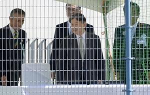 全国障害者スポーツ大会のフットベースボール競技会場に到着された皇太子さま=10月14日、福井県敦賀市