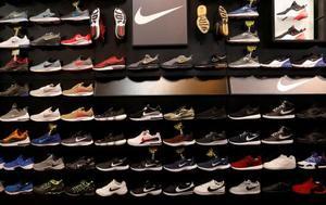 米ニューヨークのスポーツ用品店に並ぶナイキの靴=14日(ロイター=共同)