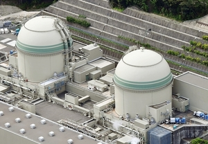 関西電力の高浜原発3号機(左)と4号機=17日、福井県高浜町