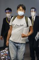 ミャンマーでの収監から解放され、成田空港に到着したフリージャーナリスト北角裕樹さん=14日午後10時29分