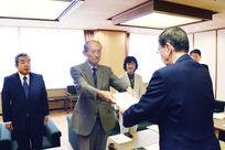 県職員の平均年収2万7千円アップ
