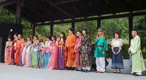 昨年行われた「万葉の歌音楽祭」の参加者ら=奈良県明日香村(犬養万葉記念館提供)