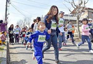 笑顔で走る1・2キロの部の親子ランナー=18日、福井市木田1丁目
