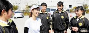 選手たちと優勝の喜びを分かち合うアスレチックトレーナーの小嶋さん(左から2人目)=29日、岐阜県各務原市内