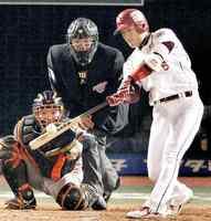 2013年の日本シリーズ第7戦で本塁打を放つ牧田明久。球団初の日本一に貢献した=Kスタ宮城
