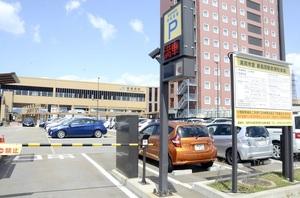 富山県新高岡駅周辺で高岡市が運営する駐車場。駅周辺施設の整備費が市の財政を圧迫する要因となった=4月