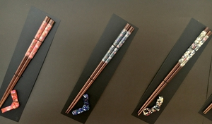 粟野中の生徒が考案した箸と箸置きのセット