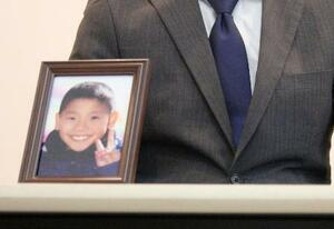 福岡県大川市を提訴し記者会見する、倒れた小型ゴールの下敷きになり死亡した梅崎晴翔君の父親=13日午前、久留米市