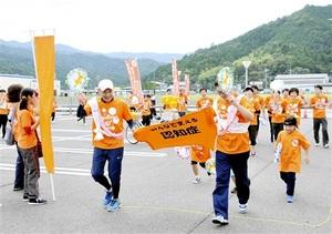 ゴールするランナーたち=9月22日、福井県おおい町成海のうみんぴあ大飯