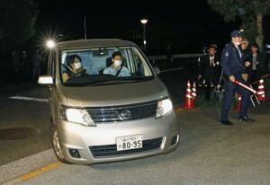 東京湾岸署に入る、女優の沢尻エリカ容疑者を乗せた車=16日午後7時14分