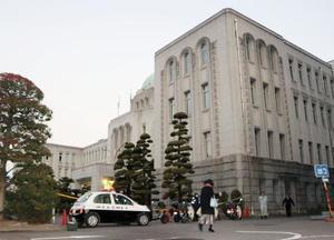 正面玄関付近で男性1人が倒れていた愛媛県庁本館=21日午前7時2分
