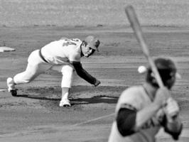 最多勝タイトルを獲得したシーズンの高橋里志さんの投球=1977年10月、広島市民球場