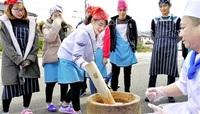 餅つき「ヨイショ!」 小浜・専門学校 留学生と交流