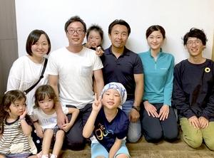 仲間と外国人向けの福井県池田町ツアーの実施に取り組む秋元郷佑さん(後列左から2人目)