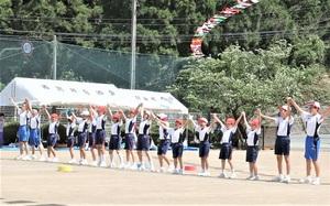全員で仲良く手をつなぎ、大人たちに向けて殿下地区への応援を披露する殿下小中学校の児童・生徒=5月19日、福井県福井市の同校
