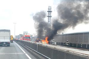 炎上する貨物自動車=9月24日、福井県福井市和田1丁目