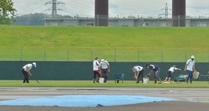 グラウンド整備が進む福井県営球場=7月25日午前9時55分ごろ