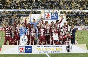 サッカーの第99回天皇杯全日本選手権で初優勝を果たし、喜ぶイニエスタ(前列中央)ら神戸イレブン=1日、国立競技場