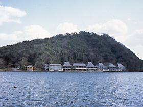 水月湖畔に立つのんびりとした風情の一軒宿