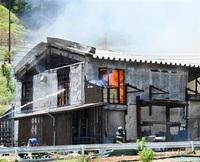 若狭町で建築会社全焼、けが人なし