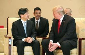 トランプ米大統領(右)と会見される天皇陛下=27日午前、宮殿・竹の間(代表撮影)