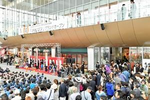 大勢の人が詰め掛け、開業を祝った「ハピリン」のオープニング式典=28日午前10時、福井市中央1丁目