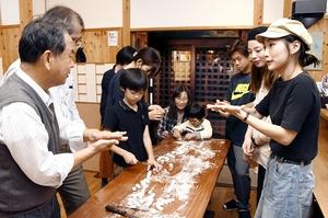 台湾から「微住」で福井県福井市内を訪れた若者(右)。市民との交流を楽しんだ=10月