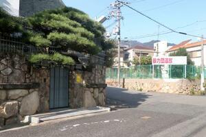ハロウィーン行事が開かれず閑散とする特定抗争指定暴力団山口組総本部周辺=31日午後、神戸市