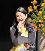 多彩な声色を使い朗読する紺野さん=2日、福井市のフェニックス・プラザ