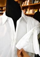 着脱しやすいようフロント部分と袖にリング付きのファスナーを取り付けた「ふく楽ワイシャツ」=福井県福井市のハピリン2階の「WiL」