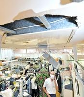 9月4日の地震で天井パネルが壊れる被害が出たショッピングセンター「アミ」=福井県坂井市春江町随応寺