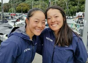 セーリング女子49erFX級で東京五輪代表に決まった山崎アンナ(左)と高野芹奈=8日、オークランド(日本セーリング連盟提供)