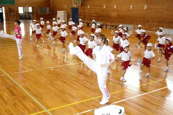OSKが小中生に菊人形のダンス指導