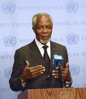 安全保障理事会の会合後、記者団の取材に応じるアナン元国連事務総長=13日、ニューヨークの国連本部(共同)