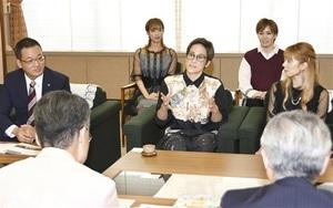 杉本達治知事(手前左)と懇談するOSK日本歌劇団の桐生麻耶さん(中央)ら=9月30日、福井県庁