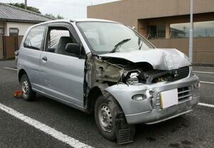 競輪の場外車券売り場近くのベンチに突っ込んで破損した車=20日午後、群馬県警館林署