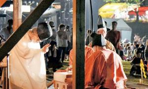 来場者の願い事を書いた紙を祈とうした陰陽道の「土御門河臨祭」=13日夜、福井県おおい町名田庄