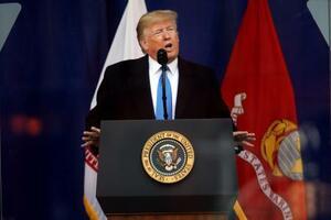 米ニューヨークでの「退役軍人の日」の式典で話すトランプ大統領=11日(ゲッティ=共同)