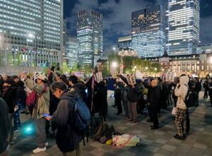 大嘗祭への抗議集会に参加する人たち=14日夜、東京都千代田区